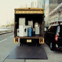 Vrachtwagen verhuist wasmachine