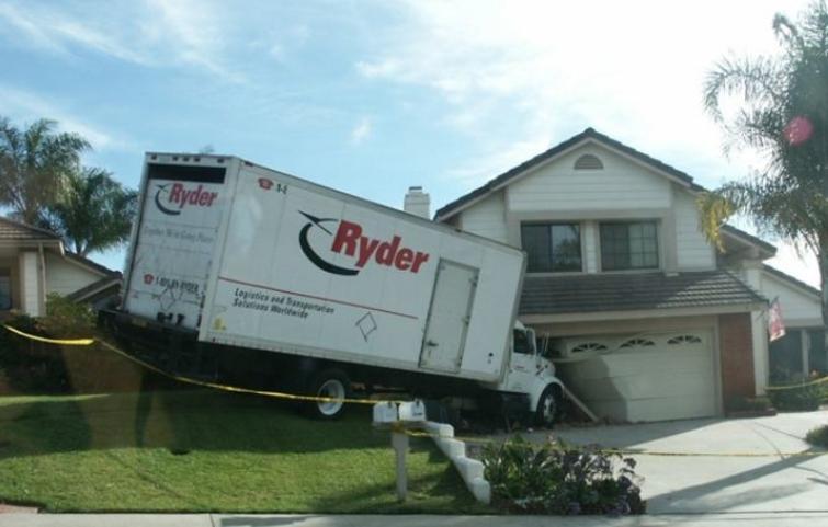 verhuiswagen botst tegen huis