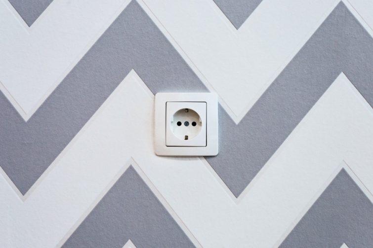 Stopcontact in muur van nieuw huis na verhuizing